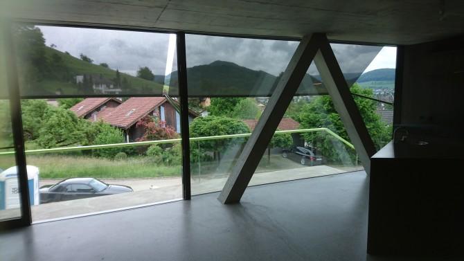 Ausfallstoren mit Screenstoff aus Eigenproduktion, von innen gesehen.